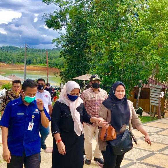 Zulia Dharma dampingi Ketua Dekranasda Riau saat Kunjungi Wisata Tepian Mahligai